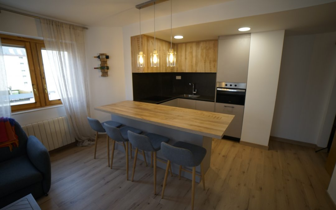 Cocina pequeña abierta al salón con barra en Jaca
