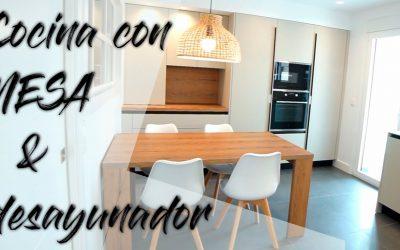 Cocina cuadrada con desayunador y mesa en Alcañiz: Cocinas Alcañiz #desayunador